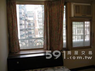 房間(一):窗型冷氣、採光視野佳