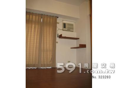 房間(二):窗型冷氣、原木地板落地窗