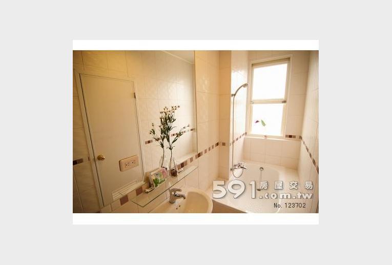 台中租屋,中區租屋,獨立套房出租,純白浴室義大利塘瓷浴缸如夢似幻
