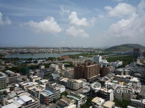 頂樓可看蓮池潭觀左營港