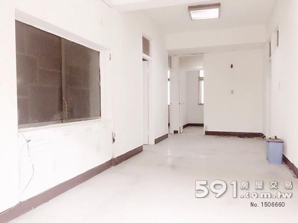 客廳空間寬敞採光佳